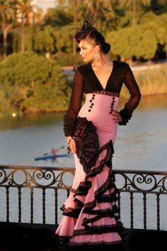 """Traje de estilo goyesco de María Ramos ... this is pretty, it has a very """"my fair lady"""" look about it."""