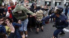 Ein Polizist schlägt einen Demonstranten bei den Protesten in Madrid (Foto: REUTERS)