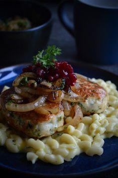 Fiskekaker med makaronistuing og stekt løk Norwegian Food, Recipe Boards, Fish Dishes, Food 52, Risotto, Nom Nom, Food And Drink, Low Carb, Pasta