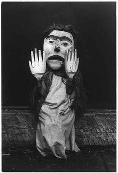 """Kwakiutl porta una máscara y manos gigantes para representar al espíritu del bosque, Nuhlimkilaka (""""portador de la confusión""""). 1914."""
