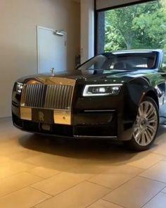 Small Luxury Cars, Best Luxury Cars, Luxury Suv, Luxury Life, White Rolls Royce, Classic Rolls Royce, Rolls Royce Ghost Interior, Hampton Mansion, Chrysler 300 Custom