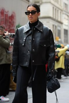 See photos of street style looks from New York Fashion Week. Nyfw Street Style, Autumn Street Style, Street Style Looks, Street Style Women, Grunge Style, Soft Grunge, New York Fashion, Fashion News, Fashion Trends