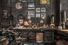 Discover the Best Vintage Industrial Decor Garage Mechanic Garage, Motorcycle Garage, Motorcycle Workshop, Vintage Industrial Decor, Industrial House, Vintage Metal, Garage Shop, Diy Garage, Garage Cafe
