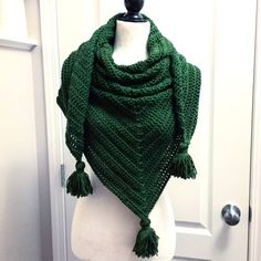 72a475f97 This is a super easy-to-make oversized triangle scarf/shawl that will be  perfect for fall and winter months. It's like wearing a blanket!