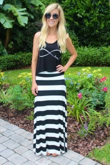 Black & White Maxi Skirt with flowy black top. Looks very relaxed and a little rocker-chick-ish. She looks very cool!