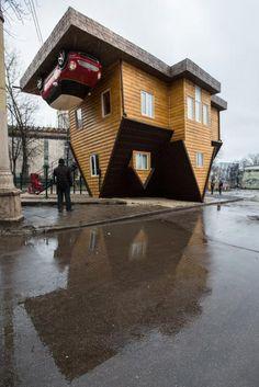 Casa ao contrário vira atração turística em Moscou, na Rússia (Reprodução/Internet)