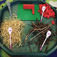 The Three Little Pigs! Story spoons in action! Retelling children EYFS early years literacy C&L communication play learning! Tuff Spot, Traditional Tales, Traditional Stories, Preschool Literacy, In Kindergarten, Early Literacy, Eyfs Activities, Book Activities, 3 Little Pigs Activities