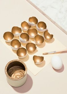 Tischdeko selber machen zu Ostern - 70 Bastelideen für die besondere, persönliche Note make golden eggshell table decoration yourself decoration ideas Spring Decoration, Decoration Table, Shell Decorations, Craft Decorations, Table Centerpieces, Diy Ostern, Egg Shells, Easter Crafts, Easter Ideas
