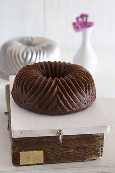 Bundt Cake de Vino Tinto, Chocolate y Frambuesas----------To make on my Bavaria bundt pan. Chocolate Bundt Cake Glaze, Mini Chocolate Chips, Loaf Cake, Pound Cake, Cupcakes, Cupcake Cakes, Sweet Recipes, Cake Recipes, Glaze For Cake