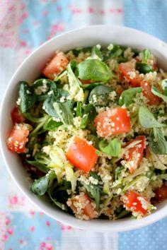 Sałatka z kuskusem, pomidorami, roszponką i cukinią