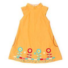 Vores gule kjole er superfin med en smuk broderet kan og en fin kinakrave foroven.