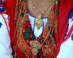 filigranas adornando traje popular del Minho (Portugal)
