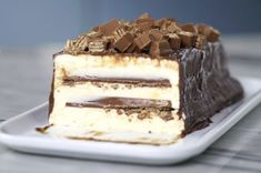 Recipe with video instructions: Crispy kit kat contrast creamy ice cream in this chocolate covered ice cream cake. Ingredients: 1 can condensed milk, cup milk, 3 egg yolks, 1 cup heavy. Easy Desserts, Delicious Desserts, Yummy Food, Sweet Recipes, Cake Recipes, Dessert Recipes, Kit Kat Recipes, Torta Kit Kat, Kitkat Torte