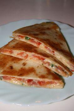 Quesadillas med salami   En Smak Av Karin Quesadillas, Tortilla Pizza, Dessert Recipes, Desserts, Enchiladas, Starters, Crockpot, Sandwiches, Food And Drink