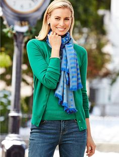 Green sweater with nice matching scarf ❤️👍💋 Preppy Outfits, Preppy Style, Fashion Outfits, Winter Outfits For Work, Fall Outfits, Niki Taylor, Ways To Wear A Scarf, Striped Scarves, Scarf Styles