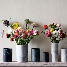 Stilfulla eleganta marmorvaser från Excel. Perfekt som bröllopsgåva eller mittpunkt i rummet. Om du inte vill ha den till vackra blommor så passar den också bra till förvaring av konst och hantverksverktyg med mera.