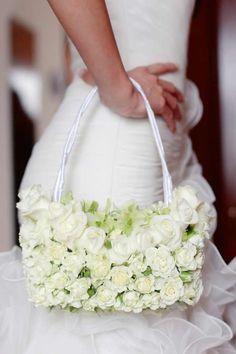 Originelle Blumentasche aus weißen Rosen - eine tolle Alternative zum klassischen Brautstrauß. Perfekt für alle Bräute, die Handtaschen lieben...