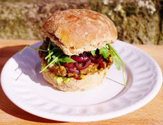 The Ultimate Veggie Burger. A chickpea mushroom sweet corn & sundried tomato patty served up with tangy guacamole peppery rocket &caramelized onion. Delicious Vegan Recipes, Burger Recipes, Vegetable Recipes, Vegetarian Recipes, Healthy Recipes, Vegan Meals, Heath Dinner, Flammkuchen Vegan, Vegan Burgers