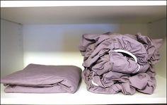 this trick it'll be super easy to fold a fitted sheet! We had no idea it could be this simple! Folding Fitted Sheets, Old Bed Sheets, Old Beds, Home Organisation, Household Chores, Home Hacks, Clean House, Cleaning Hacks, Bean Bag Chair