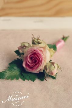 Elegancka, różowa butonierka ślubna