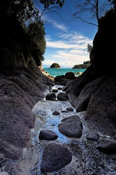 In the limit of the Abel Tasman National Park, near Kaiteriteri (on the same beach of the split apple rock), in the towers bay, the view on the small Ngaio island, from a small canyon. Photo Credit Yves Emprin