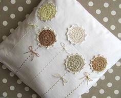 vankúšik-obliečka, pripravený zútulniť každý kútik, kde to vonia prírodou... háčkované kvietky naaplikované na bielej bavlne, stonky vyšité ručne,…