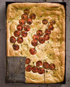 pain sec à l'huile d'olive, herbe de provence et tomates cerises conservées en grappe.