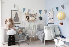 Få inspiration til baby-drengeværelset og se et stort udvalg af vores skønne varer. Killisengen er fra Sebra, ligeså den grå metalstol. Sorte opbevaringsæsker f