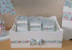 Kit Higiene Personalizado para baby em mdf de ótima qualidade, tema e cor á sua escolha. O kit contém: 1 bandeja grande 3 potes Também vendemos mais peças como abajur, porta fraldas, lixeira, farmácia, etc. Lindo para o quarto do bebê, garantimos um produto super delicado e com fino ac... Chabi Chic, Kit Bebe, Baby Kit, Baby Decor, Decoupage, Toddler Bed, Decoration, Decorative Boxes, Baby Shower