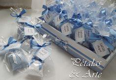 Mini sache perfumado, embalados em saquinho celofane, fechados com laço de fita e tag com mensagem personalizada. Acompanha bandeja decorada.