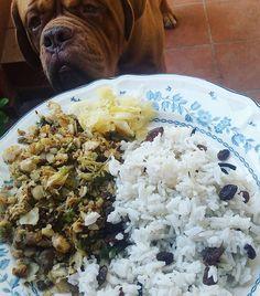 """Can I have a bit of that mommy, pleeeease? It smells sooo good!"" 😄 Fish & veggies with basmati rice, raisins and sauerkraut. ------------------------------- ""¿Puedo tomar un poquito de eso mami, porfaaaa? ¡¡¡Huele taaan bien!!!"" 😄 Perca y verduras con arroz basmati, pasas y chucrut.  #healthy #healthyfood #fit #fitfam #fitfood #fitness #diet #dieta #macros #motivacion #motivation #strength #workout  #absaremadeinthekitchen #muscles #balance #comesano #saludable #recetassanas #equilibrado…"