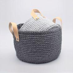 "Ribbon-kurve i ""knit stitch"" mønster, med læderhank Diy Crochet And Knitting, Crochet Home, Baby Knitting, Diy Craft Projects, Crochet Projects, Crafts, Crochet Storage, Crochet Market Bag, Boho Diy"