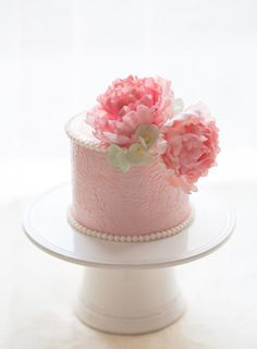 Let your creativity bloom with 5 perfectly, pretty peony cakes that will transport guests and clients to a flourishingly sweet garden.