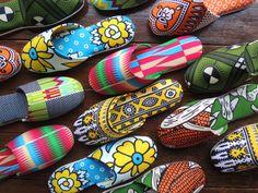 平和 (heiwa) means 'peace'. Japanese slippers with African print by Heiwa Slipper.