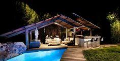 La piscine extérieure la nuit