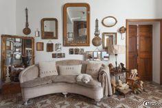 Coussins en lin 'Florence Bouvier', coussin confectionné à partir d'un ancien sac à grains, collection de chiens en peluche et de miroirs de...