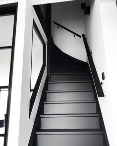 Idee: trap gat in muur met raam Black And White Hallway, Black Stairs, Black And White Interior, Modern Staircase, Staircase Design, Stair Renovation, Stair Banister, Dark Living Rooms, Corridor Design