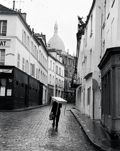 PARIS, Automne 1963, par André Kertész Montmartre, un homme et une table, rue Norvins Photographies prises par André Kertész à l'occasion de son séjour à Paris (après 27 ans d'absence), lors de sa rétrospective à la Bibliothèque Nationale à l'automne 1963