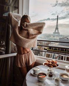 Autumn cream pyjamas in Paris - leonie hanne – haute couture Autumn Look, Fall Looks, Autumn Style, Style Année 80, Foto Glamour, Outfit Chic, Foto Top, Leonie Hanne, Haute Couture Paris