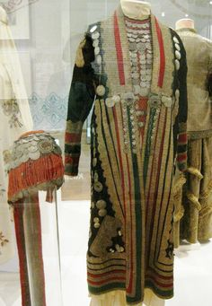 Bashkirs. The Orenburg Bay. Orskiy u. The end of the 19th century. In the western regions, the Bashkirs had forms that were close to the costumes of the peoples of the Volga region, some borrowed from the Tatars. His suit was supplemented by a large number of ornaments. Particularly common were head, back and chest jewels collected from corals and silver coins.