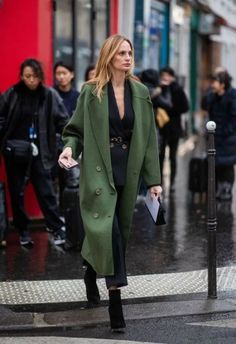 PARIS FRANCE - JANUARY Lauren Santo Domingo is seen wearing green coat navy suit outside Maison Margiela during Paris Fashion Week - Haute Couture Spring Summer 2019 on January 23 2019 in Paris France. (Photo by Christian Vierig/Getty Images) Estilo Fashion, Ideias Fashion, Fall Winter Outfits, Autumn Winter Fashion, Mantel Styling, Olive Green Outfit, Color Verde Militar, Mantel Outfit, Estilo Cool