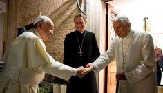 Papst Franziskus und Benedikt XVI., Bildmitte: Kurienerzbischof Georg Gänswein