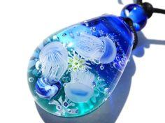 《赤ちゃんクラゲ》 ペンダント ガラス とんぼ玉 くらげ