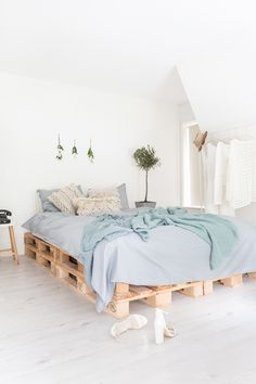 Bed op pallets - #white #wood #interior #inspiration #vtwonen #decor