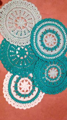 Suplat em crochê com misturas de cores (estes em turquesa,azul e branco). Pode ser todos de uma só cor ou cada um de uma cor. Encomendas acima de duas peças em qualquer cor.