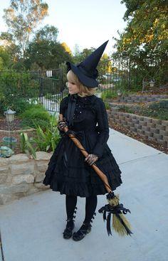 Halloween-Hexe-Kostuem-Besen-Black-Grind - Halloween Make-up Good Witch Halloween, Original Halloween Costumes, Couple Halloween Costumes, Diy Halloween, Biker Halloween, Ghost Costumes, Women Halloween, Vintage Halloween, Witches Costumes For Women