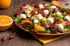 POMARAŃCZOWA HISZPANIA. Sałatka z chorizo, pomarańczami, migdałami, mozzarellą i czarnymi oliwkami.