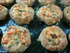 Добрый день! Делюсь рецептом очень вкусных и нежных гнездышек из фарша. Рецепт найден в и-нете. Я его немного изменила, результат очень нам всем понравился.  Нам нужно на гнезда: -фарш свиной 800г -2 средних луковицы -200г сыра  -панировочные сухари 150г -3 яйца -соль по вкусу и приправы для мяса Для начинки: -3 средних помидора -зелень петрушки -1 ст.л. сметаны -100г сыра -соль по вкусу -растит.масло для смазывания формы фото 9