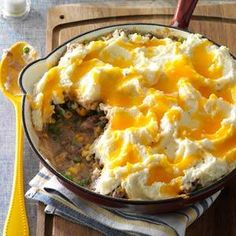 Skillet Shepherd's Pie - This was fine. It tasted good. I just think we're (or at least I'm) not that into shepherd's pie. I would have rather had meatloaf with a side of mashed potatoes. Meat Recipes, Dinner Recipes, Cooking Recipes, Skillet Recipes, Skillet Meals, Recipies, Easy Pasta Recipes, Skillet Food, Skillet Lasagna