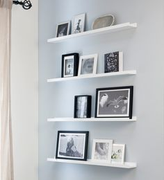 Contrast aan de wand  Maak een statement van je muur door  voor witte planken met donkere  fotolijstjes te kiezen. Zwart-wit foto's  erin en de look is af!